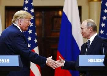 El presidente de Estados Unidos, Donald Trump, le estrecha la mano al presidente de Rusia, Vladimir Putin, al finalizar la conferencia de prensa luego de su reunión en el Palacio Presidencial de Helsinki, Finlandia, el lunes 16 de julio de 2018. (AP Foto/Alexander Zemlianichenko)