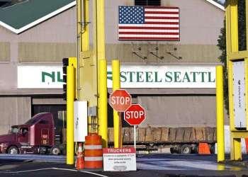 Un camión afuera de una planta de la empresa Nucor en Seattle, Estados Unidos. Foto: Elaine Thompson / AP / Archivo.