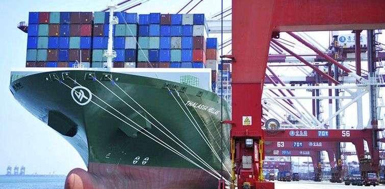 Un barco de carga con contenedores en el puerto de Qingdao, China, este 6 de julio de 2018. Foto: Chinatopix vía AP.