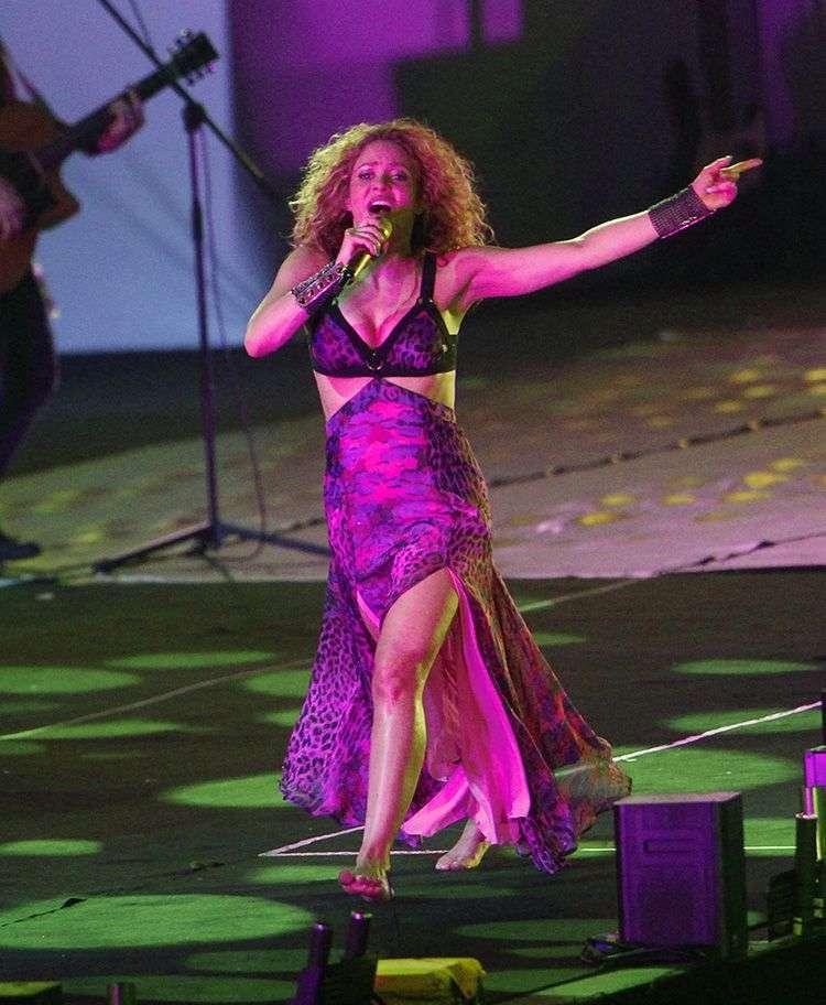 La cantante colombiana Shakira (d) actúa durante la ceremonia de apertura de los XXIII Juegos Centroamericanos y del Caribe este jueves 19 de julio de 2018, en Barranquilla, Colombia. Foto: Luis Eduardo Noriega / EFE.
