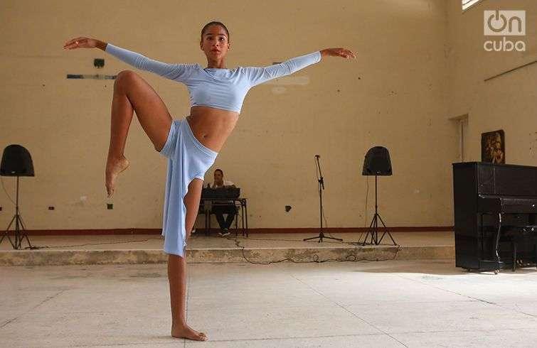 """Estudiante de danza de la Escuela de Arte """"Benny Moré"""", de Cienfuegos. Foto: Christopher Baker."""