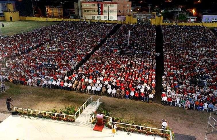 Vista general del acto por el 65 aniversario del asalto al cuartel Moncada, en ese propio sitio en la ciudad de Santiago de Cuba. Foto: Ernesto Mastrascusa / POOL / EFE.