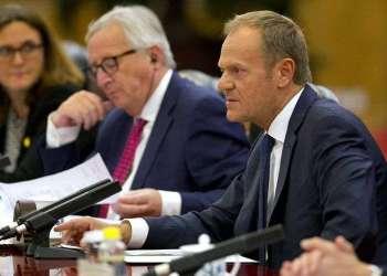 El presidente del Consejo Europeo, Donald Tusk (derecha), habla junto al presidente de la Comisión Europea, Jean-Claude Juncker, durante una reunión con autoridades de China este 16 de julio de 2018. Foto: Ng Han Guan / Pool /AP.