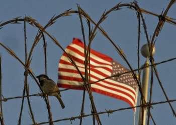 Alambre de cuchillas dentro del Campo VI del centro de detención en la Base Naval de Estados Unidos en la Bahía de Guantánamo. Foto: Ramón Espinosa / AP.
