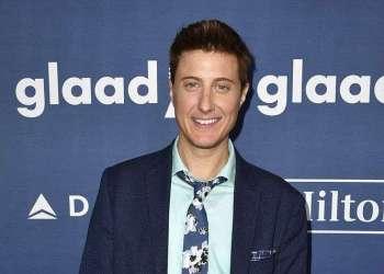 """Scott Turner Schofield llega a la ceremonia de los premios GLAAD Media en Beverly Hills, California. Schofield, un veterano artista trans, protagoniza la película europea de próximo estreno """"The Conductor"""". Foto: Jordan Strauss / Invision / AP."""