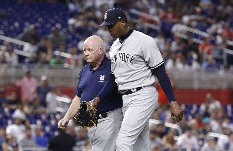El cubano Aroldis Chapman, de los New York Yankees, abandona el encuentro del martes 21 de agosto de 2018, ante los Marlins de Miami, debido a una lesión. Foto: Lynne Sladky / AP.