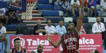 El santiaguero Javier Justiz ataca el aro vistiendo el uniforme del club San Lorenzo de Almagro, de Argentina. Foto: Fiba.basketball.