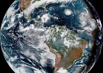 Huracán Florence, tercero desde la derecha, en el océano Atlántico el domingo, 9 de septiembre del 2018. A la derecha aparece la tormenta tropical Helene, y el segundo desde la derecha es la tormenta tropical Isaac. Foto: NOAA vía AP.