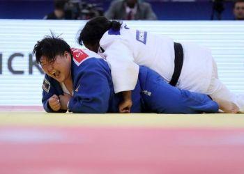 Idalis Ortiz intentó sin suerte marcar frente a la japonesa Sarah Asahina en la final del Mundial de Bakú. Foto: EFE/ Zurab Kurtsikidze