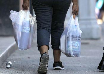 Una mujer camina cargando bolsas con productos recién comprados en un centro comercial de La Habana, Cuba. Autoridades de la Isla anunciaron medidas contra el acaparamiento de productos. Foto: Yander Zamora / EFE.