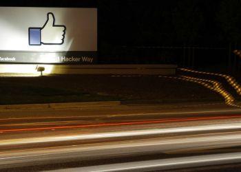 Símbolo de Facebook en un cartel fuera de la sede de la empresa en Menlo Park, California, 2013. Foto: Marcio José Sánchez / AP.