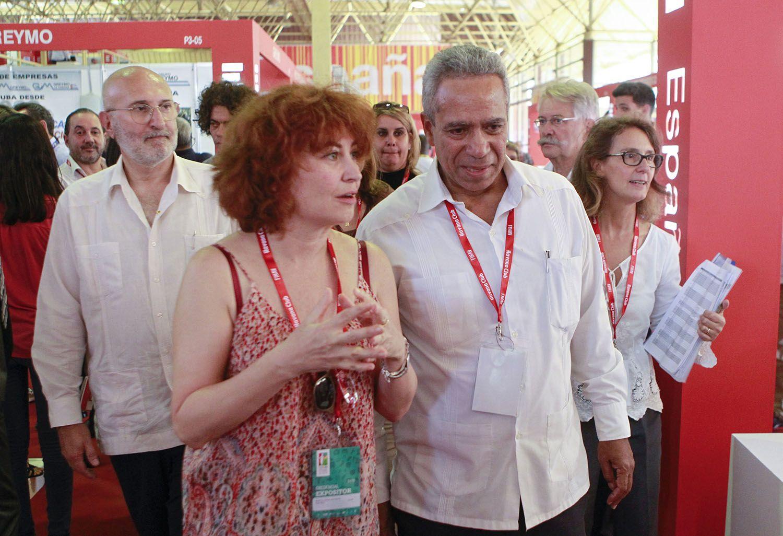 María Peña (c-i), consejera delegada de ICEX, Antonio Carricarte (c-d), viceministro primero del Ministerio de Comercio Exterior de Cuba;  y Juan Fernández Trigo (i-detrás), embajador de España en Cuba, visitan el pabellón de España, en la Feria Internacional de la Habana Fihav 2018, heste lunes 29 de octubre de 2018. Foto: Yander Zamora / EFE.