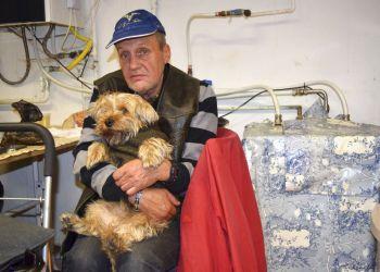 Ferenc Ribeny y su perro Mazli están en un albergue para personas sin hogar en Budapest, Hungría, el domingo 14 de octubre de 2018. (AP Foto/Pablo Gorondi)