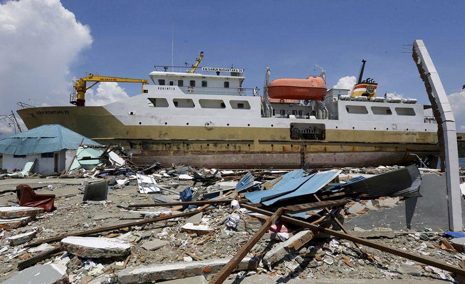 Barco arrastrado por el tsunami en Indonesia. Foto: Tatan Syuflana / AP.