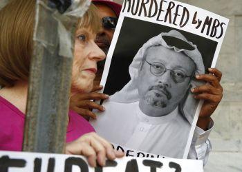 Dos personas sostienen carteles durante una protesta ante la embajada de Arabia Saudí por la desaparición del periodista saudí Jamal Khashoggi, el 10 de octubre de 2018, en Washington. Foto: Jacquelyn Martin/AP.