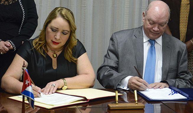 Luz Estrella Rodríguez, Ministra de Economía de El Salvador, y Rodrigo Malmierca, Ministro del Comercio Exterior e Inversión Extranjera de Cuba, y   firman el nuevo acuerdo comercial entre sus países el 25 de octubre de 2018. Foto: Ariel Ley Royero / ACN.