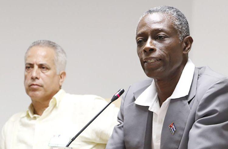 Roberto León Richards (derecha), nuevo presidente del Comité Olímpico Cubano, en una sesión de la Asamblea Nacional de Cuba. Foto: Roberto Morejón / Jit.