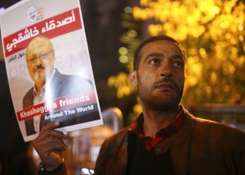 Activistas protestan por el asesinato del periodista saudí Jamal Khashoggi con una vigilia nocturna en el exterior del consulado de Arabia Saudí en Estambul, el 25 de octubre de 2018. (AP Foto/Emrah Gurel)