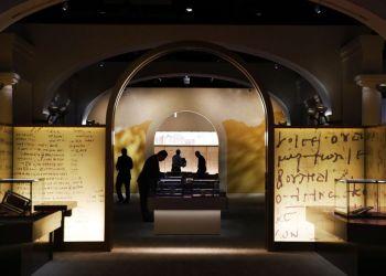 Los artículos a exhibir son preparados dentro del Museo de la Biblia, el lunes 30 de octubre de 2017, en Washington. (AP Foto/Jacquelyn Martin)