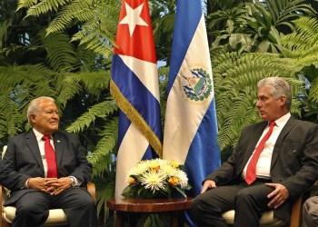 El presidente de El Salvador, Salvador Sánchez Cerén (izq), se reúne con su homólogo cubano, Miguel Diaz-Canel (d), como parte de las actividades oficiales de su visita a la Isla, este 25 de octubre del 2018, en La Habana. Foto: Yander Zamora / POOL / EFE.
