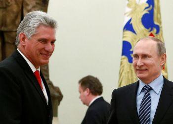El presidente cubano Miguel Díaz-Canel (i), junto a su homólogo ruso Vladimir Putin, en Moscú. Foto: Sergei Karpukhin / Archivo.