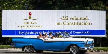 """Cartel que promociona la reforma constitucional con los lemas """"Mi voluntad, mi Constitución"""" y """"Soy partícipe de la elaboración de mi Constitución"""", en La Habana. Foto: Desmond Boylan / AP."""