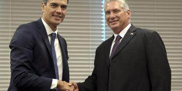 El presidente del gobierno español, Pedro Sánchez (i), saluda al presidente de Cuba, Miguel Díaz-Canel (d), durante la reunión que mantuvieron en el marco de la Asamblea General de Naciones Unidas. Foto: Ballesteros / EFE.