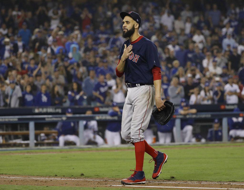David Price, de los Medias Rojas de Boston, abandona el terreno tras ser relevado en la octava entrada del quinto juego de la Serie Mundial ante los Dodgers de Los Ángeles. Foto: David J. Phillip / AP.