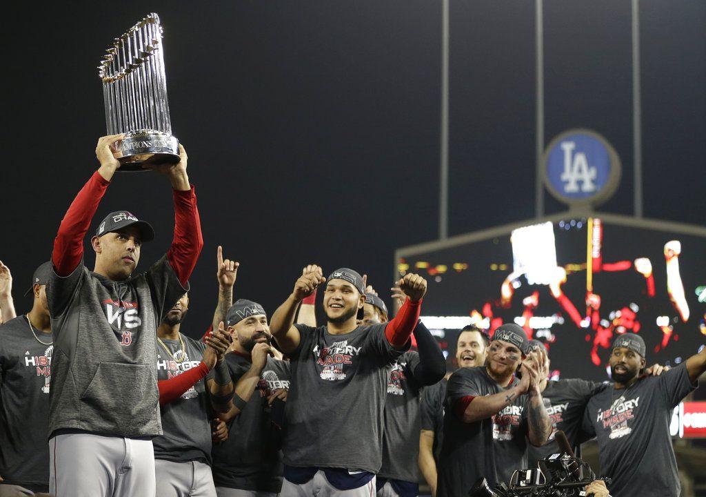 Alex Cora, manager boricua de los Medias Rojas de Boston, levanta el trofeo de la Serie Mundial, el domingo 28 de octubre de 2018, en Los Ángeles. Foto: Jae C. Hong / AP.