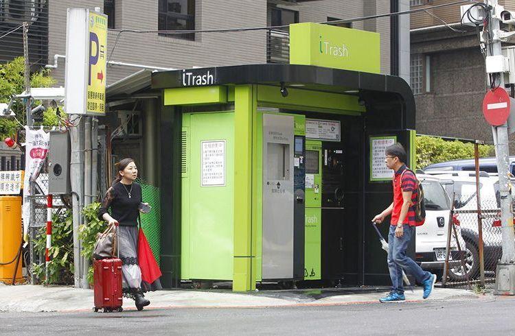 Personas pasan frente a una caseta de iTrash en una esquina de Taipei, Taiwán el viernes 28 de septiembre de 2018. Foto: Chiang Ying-ying / AP.