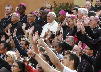 El papa Francisco posa para la foto de grupo con obispos y participantes durante la última jornada del Sínodo de Obispos en el Vaticano, el sábado 27 de octubre de 2018. Foto: Fabio Frustaci / ANSA vía AP.