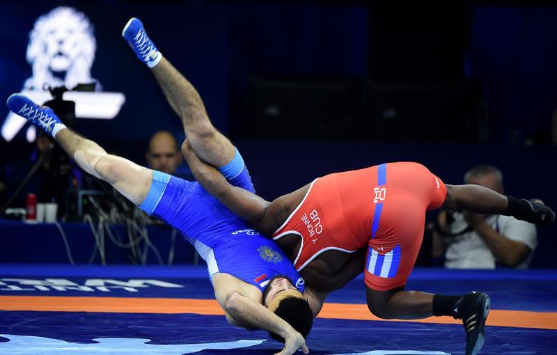 Yowlys Bonne proyectó al ruso Gadshimurad Rashidov para tomar ventaja en la discusión del título mundial. Foto: EFE.