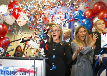 La demócrata Madeleine Dean celebra su victoria en el cuarto distrito del Congreso en Pennsylvania, en Fort Washington, Pennsylvania, el 6 de noviembre de 2018. Foto: Charles Fox / The Philadelphia Inquirer vía AP.