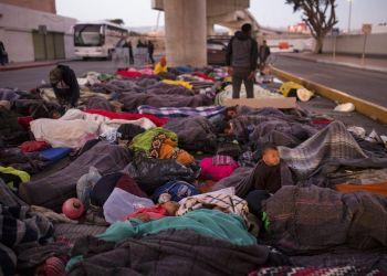 Un grupo de migrantes duerme bajo un puente en el cruce fronterizo Chaparral en Tijuana, México, el viernes 23 de noviembre de 2018. Foto: Rodrigo Abd / AP.