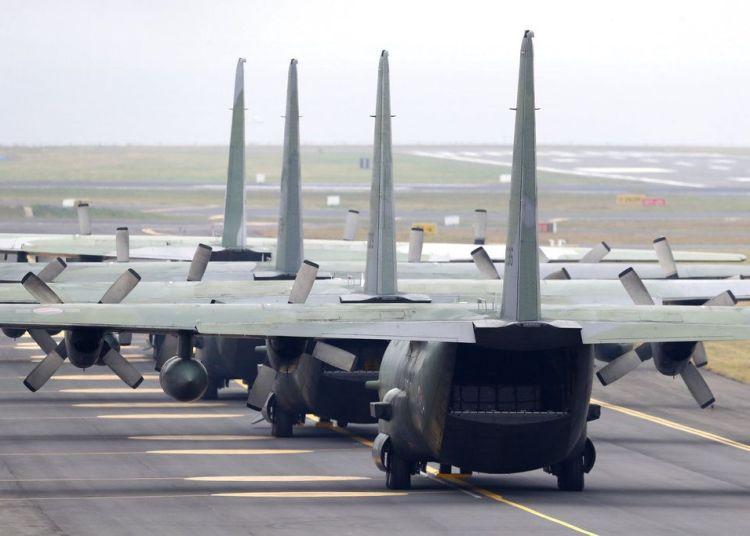 Varios aviones de carga C-130 de la Fuerza Aérea de Corea del Sur, que transportan cajas de mandarinas, esperan su turno para despegar el domingo 11 de noviembre de 2018 del aeropuerto internacional de Jeju, Corea del Sur, con rumbo a Corea del Norte. Foto: Park Ji-ho/Yonhap vía AP.