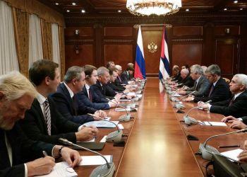 Reunión entre el presidente cubano, Miguel Díaz-Canel, y el primer ministro ruso, Dmitri Medvédev, y sus respectivas delegaciones, en Moscú, el 3 de noviembre de 2018. Foto: @CubaMINREX / Twitter.