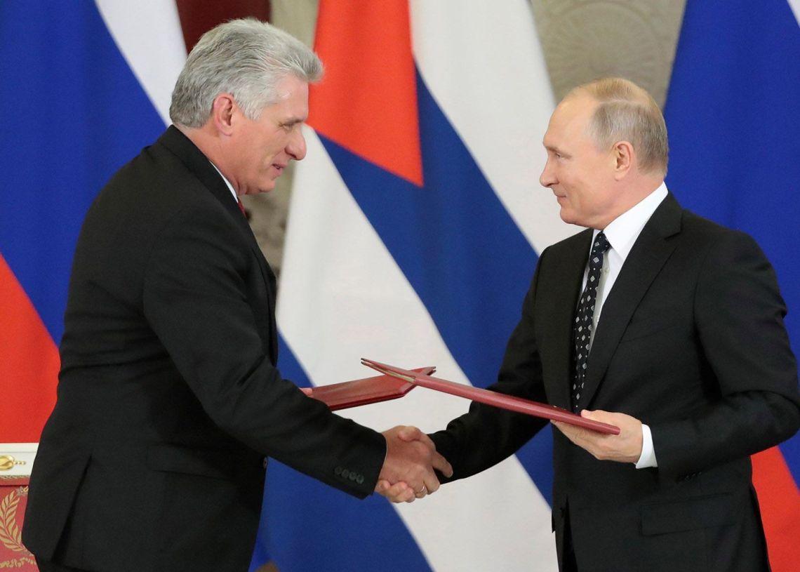 El presidente ruso, Vladímir Putin (d), y su homólogo cubano, Miguel Díaz-Canel, durante la firma de acuerdos bilaterales celebrada tras su reunión en el Kremlin, el 2 de noviembre de 2018. Foto: Sergei Shirikov / EFE.