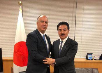 El embajador cubano en Japón, Carlos Miguel Pereira (izq), junto a Masahisa Sato, ministro japonés de Estado de Relaciones Exteriores, en una reciente reunión en Tokio. Foto: embacubajaponblog.wordpress.com