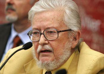 En esta foto del 3 de septiembre del 2007, el escritor Fernando del Paso da una conferencia de prensa en Guadalajara, México. Foto: Javier Hoyos / AP / Archivo.