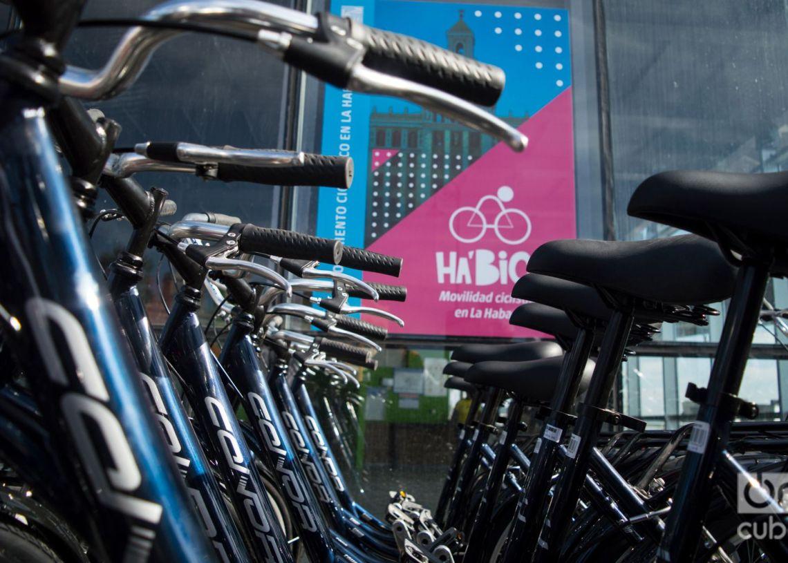 Desde este 24 de noviembre, funciona Ha'Bici, el primer sistema de bicicletas públicas de La Habana. Foto: Otmaro Rodríguez.