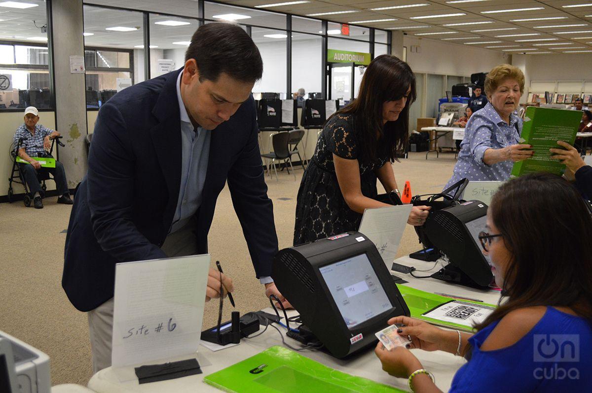 El senador republicano Marcos Rubio y la candidata a vice gobernadora de la Florida Jeannette Nuñez se preparan para votar. Foto: Marita Pérez Díaz.
