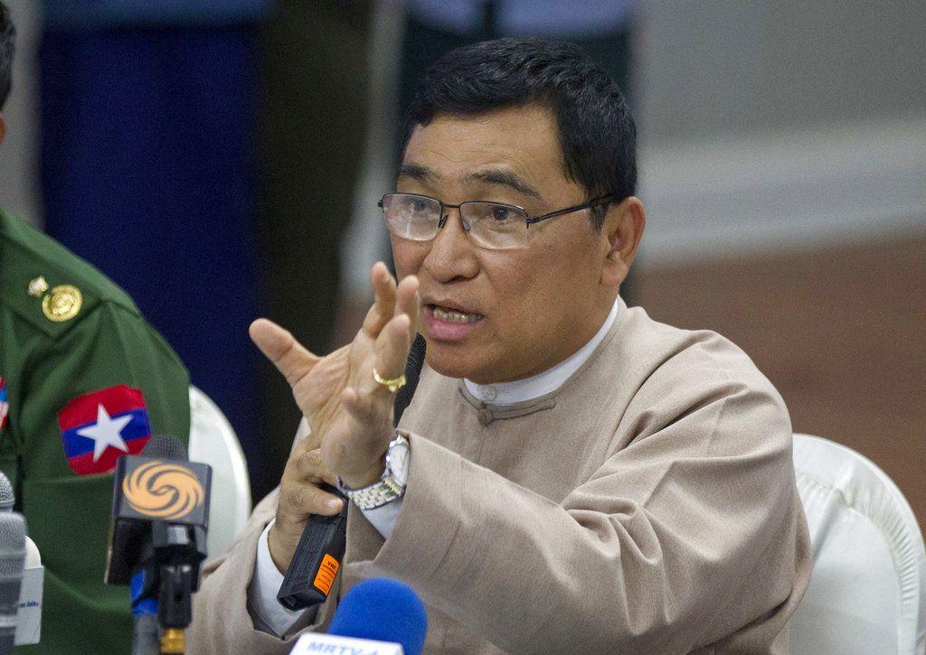El ministro de Bienestar Social de Myanmar, Win Myat Aye, habla con la prensa sobre las disposiciones para la repatriación de personas desplazadas, domingo 11 de noviembre de 2018, en Yangon, Myanmar. (AP Foto/Thein Zaw)