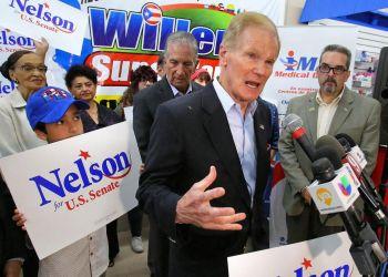 Bill Nelson habla durante un acto de campaña. Foto: Orlando Sentinel.