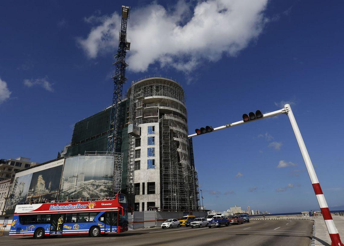 El Hotel Prado y Malecón, en construcción en La Habana. Foto: Jorge Luis Baños / IPS.