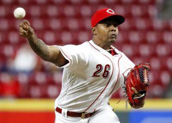 El cerrador cubano Raisel Iglesias renovó su contrato con los Rojos de Cincinnati. Foto: John Minchillo / Archivo / AP.