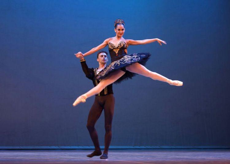 En esta imagen, tomada el 29 de octubre de 2018, los bailarines cubanos expatriados Taras Domitro y Adianys Almeida (arriba), actúan en La Habana, Cuba. Foto: Desmond Boylan / AP.