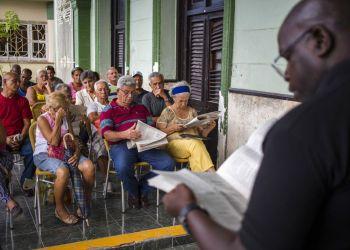 En esta imagen, tomada el 30 de septiembre de 2018, un grupo de vecinos participa en un foro público sobre una reforma constitucional en La Habana. Foto: Desmond Boylan / AP.