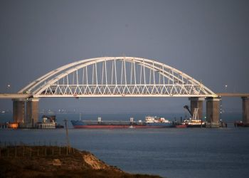 Esta imagen muestra un bloqueo al paso de buques bajo el puente Kerch cerca de Kerch, Crimea, el domingo 25 de noviembre de 2018. Foto: AP.