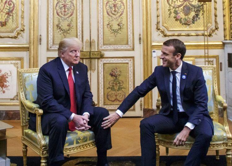 El presidente francés Emmanuel Macron coloca su mano sobre la rodilla de su homólogo estadounidense Donald Trump antes de su reunión en el Palacio del Elíseo en París, el sábado 10 de noviembre de 2018. Foto> Christophe Petit Tesson, Pool via AP.