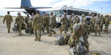 En esta foto provista por la Fuerza Aérea de Estados Unidos, elementos de la policía militar y del batallón de ingeniería llegan al Fuerte Ruley, en Kansas, el 1ro de noviembre de 2018. Foto: Alexandra Minor / U.S. Air Force vía AP.
